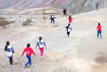 SAN JUAN, Iruya.- Juegan los equipos femeninos de San Juan y Chiyayoc. (Foto: Pablo Harvey).