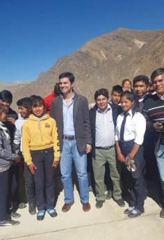 ABRA DEL SAUCE, Iruya, Salta, 09/10/18.- Gobernador e intendente junto a los alumnos.