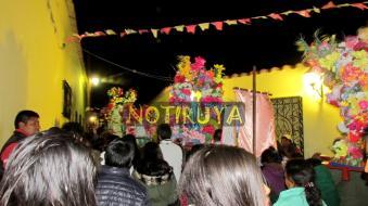 IRUYA, Salta, Argentina, 13/10/18.- Procesión nocturna con las imágenes, recién saliendo de la Parroquia. (Foto: Pablo Harvey).