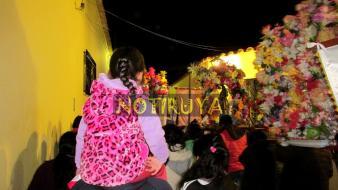 IRUYA, Salta, Argentina, 13/10/18.- En la procesión, observando desde los hombros. (Foto: Pablo Harvey).