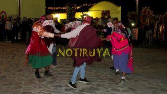 IRUYA, Salta, Argentina, 13/10/18.- Los cachis danzan en ronda. (Foto: Pablo Harvey).