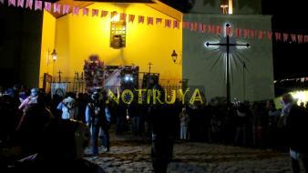 IRUYA, Salta, Argentina, 13/10/18.- Los cachis danzan en la noche de Iruya, mientras las últimas imágenes ingresan a la Parroquia. (Foto: Pablo Harvey).